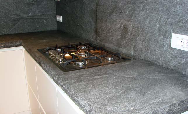 Tra basi e pensili in cucina lineatre arredamenti for Top cucina granito